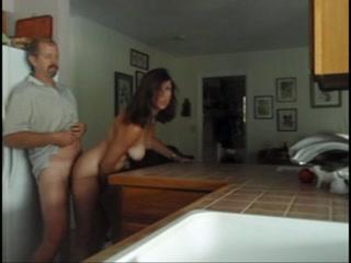 Une femme mature dans la cuisine SEX TUBE - Tukifcom
